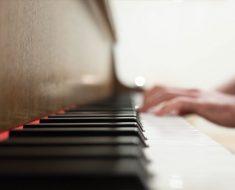 Mann klimprer på piano